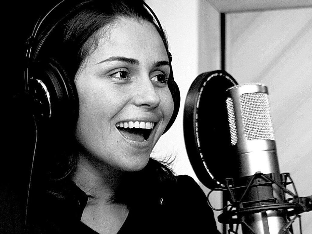13.out.2005 Giovanna Antonelli canta em gravação de CD em que atrizes da Globo registraram cantigas de roda