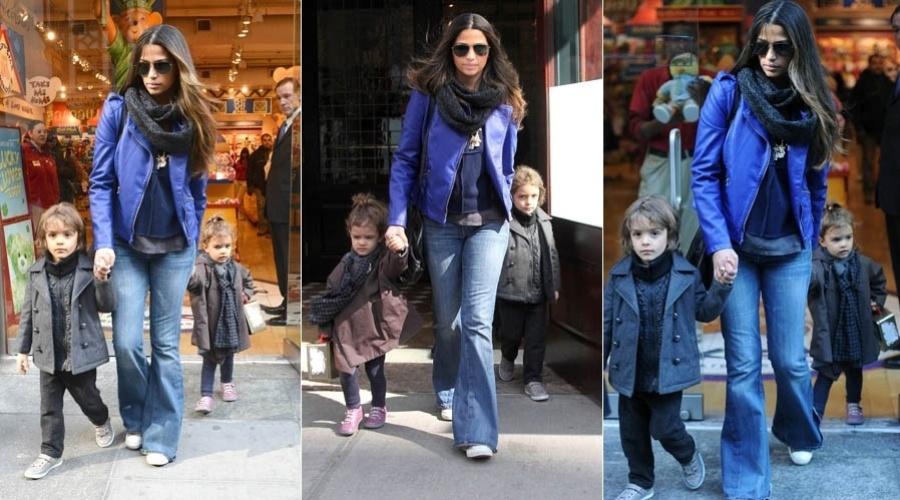 14.mar.2013 - Camila Alves leva os filhos Levi e Vida a loja de brinquedos em Nova York