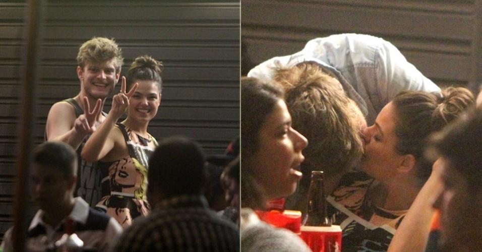 14.mar.2013 - Isis Valverde beija namorado em bar na Barra da Tijuca, Rio de Janeiro