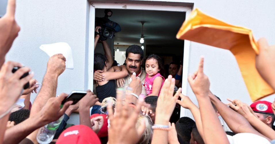 14.mar.2013 - O presidente interino da Venezuela, Nicolás Maduro, é cercado por militantes durante campanha política em Vargas