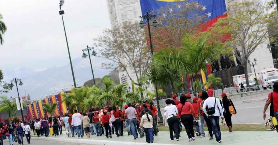 15.mar.20123 - Público se concentra ao redor da Academia Militar, em Caracas, na Veneuela, para assistir à transferência do caixão de Hugo Chávez - o cortejo até um museu militar vai percorrer mais de 18 quilômetros na capital venezuelana