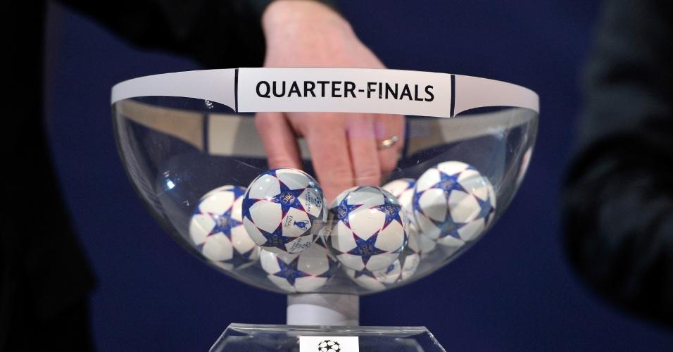 15.mar.2013 - Bolinhas com os nomes das equipes que disputarão as quartas da Liga dos Campeões são sorteadas