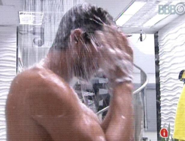 15.mar.2013 - Depois de 18h e 26 minutos de prova de resistência, André saiu vitorioso e se refrescou em um banho quente