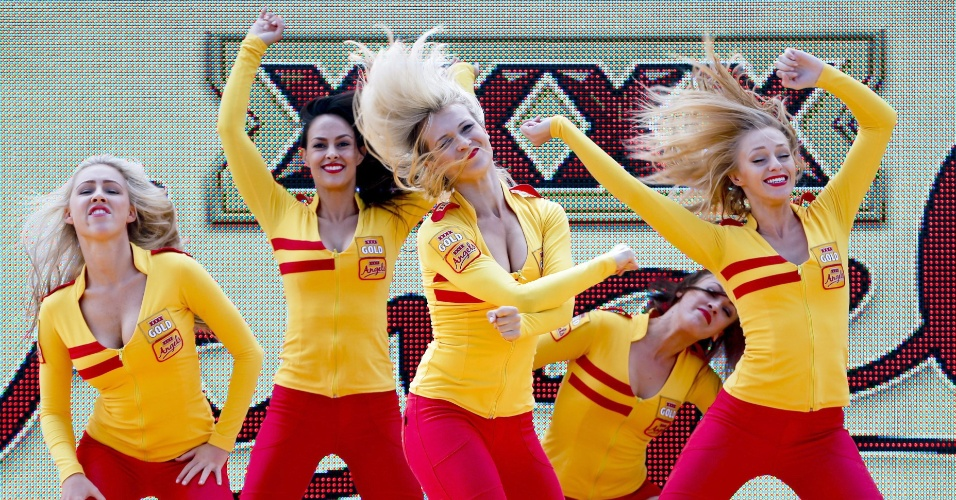 15.mar.2013 - Grid girls fazem festa no circuito de  Albert Park, em Melbourne, antes dos treinos deste sábado, na etapa de abertura da F-1 2013
