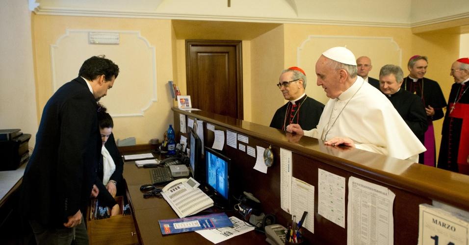 15.mar.2013 - Jorge Bergoglio, agora papa Francisco (de branco), volta ao hotel onde estava hospedado em Roma, na Itália, durante o conclave, para fechar a conta nesta quinta-feira (14). O sumo pontífice insistiu para pagar, o que foi considerada uma quebra de protocolo. O papa retornou no mesmo dia à residência na igreja onde estava antes da eleição