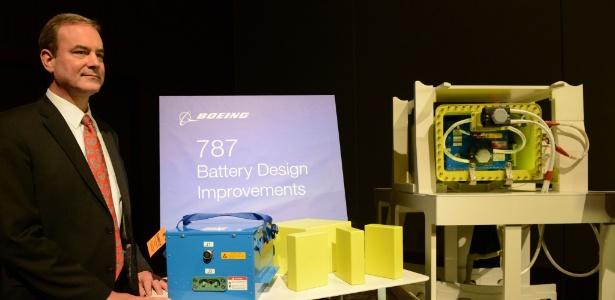 Mike Sinnett, engenheiro da Boeing, apresenta para a imprensa a nova bateria da aeronave em Tóquio