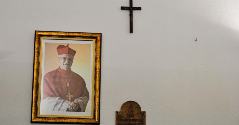 15.mar.2013 - Na Catedral da Sé, em São Paulo, a foto do agora papa emérito Bento 16 ao lado da foto do cardeal dom Odilo Scherer foi retirada da sala da secretaria, na manhã desta sexta-feira (15). A catedral aguarda a imagem do novo papa, Francisco, que ocupará o lugar