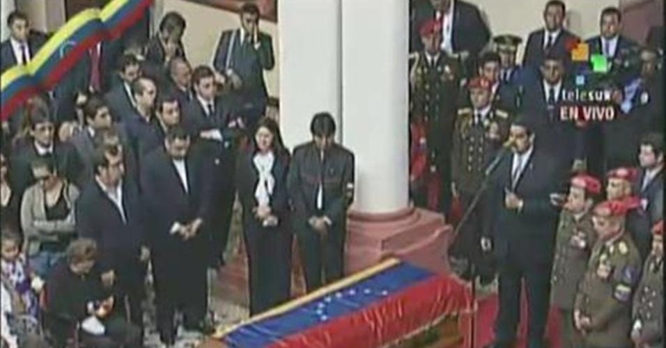 15.mar.2013 - O presidente interino da Venezuela, Nicolás Maduro, discursa em frente ao caixão com o corpo do presidente Hugo Chávez, morto em 5 de março, no Museu Histórico Militar de Caracas, durante a cerimônia final do cortejo que trouxe o corpo do presidente da Academia Militar, onde foi velado por nove dias