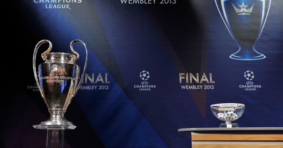 15.mar.2013 - Palco do sorteio das quartas da Liga dos Campeões com a taça do torneio