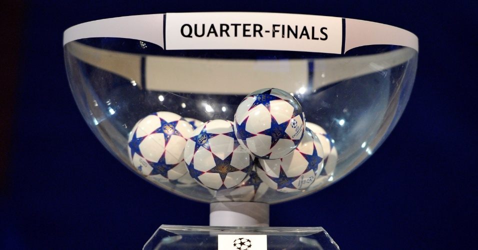 15.mar.2013 - Pote com as bolinhas que contém os nomes das equipes classificadas para as quartas de final da Liga dos Campeões