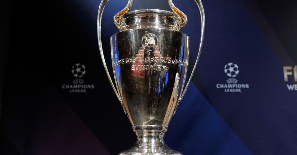 15.mar.2013 - Taça da Liga dos Campeões é colocada no palco do sorteio das quartas de final, em Nyon, na Suíça