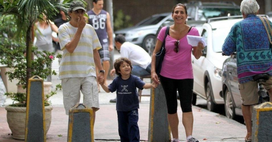 15.mar.2013 - Totia Meirelles passeia com o marido e o neto na zona sul do Rio