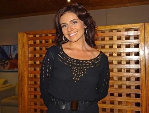 6.abr.2012 Giovanna Antonelli posa para foto nos bastidores de gravação de