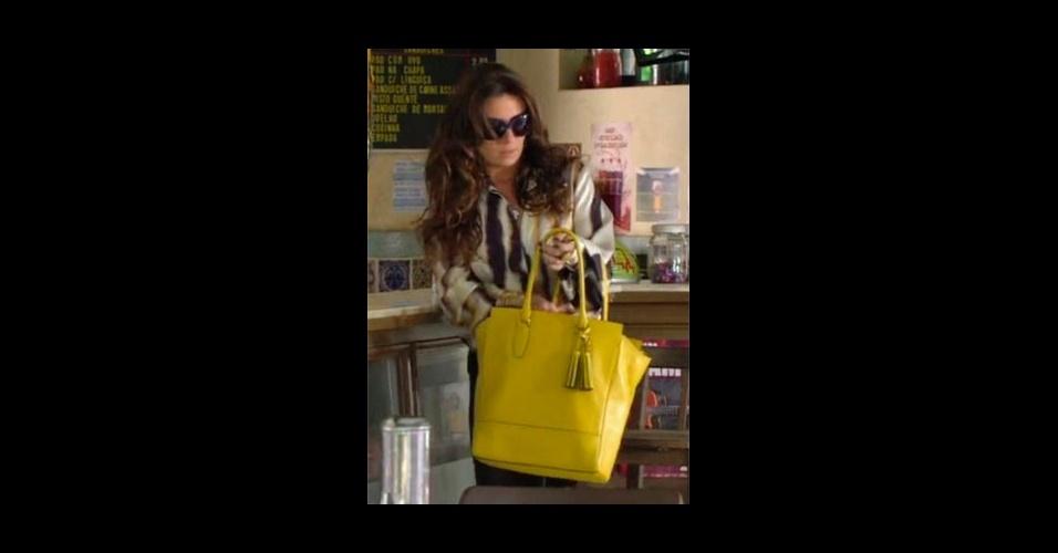 """A bolsa amarela usada por Helô (Giovanna Antonelli) em """"Salve Jorge"""" ajuda a acrescentar cor ao look e fez sucesso entre os telespectadores da Globo, colocando o modelo da Coach no sexto lugar da lista de acessórios mais pedidos (Tel.: 11 3071-3932)"""