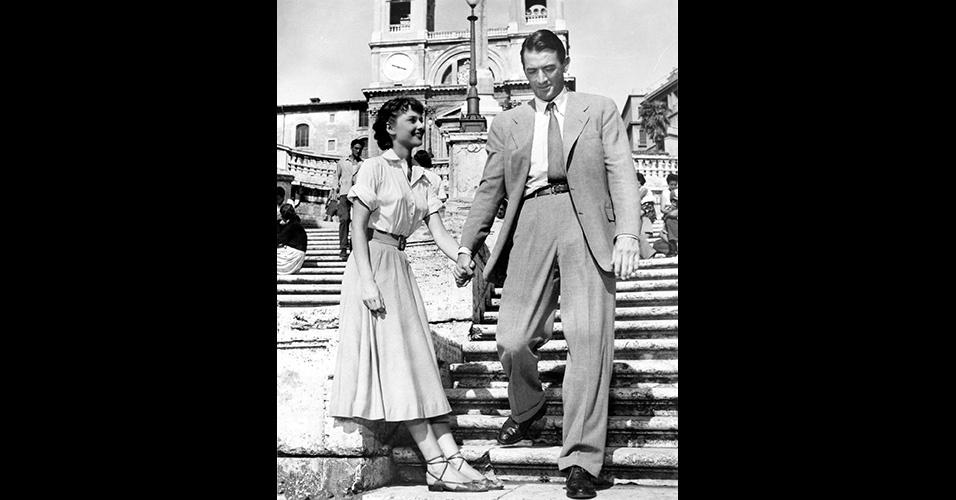 """A silhueta mais relaxada dos ternos dos anos 1950 em relação às décadas anteriores pode ser vista em Gregory Peck, ao lado de Audrey Hepburn, em """"A Princesa e o Plebeu"""" (1953). Repare que a cintura da calça é bem mais alta do que a usada hoje em dia"""