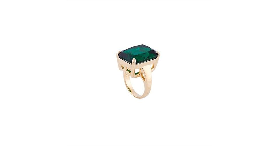 Anel dourado com pedra retangular verde; R$ 99,90, na Ring Lovers (www.ringlovers.com.br). Preço pesquisado em março de 2013 e sujeito a alterações