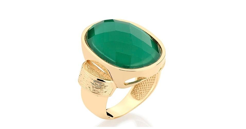 Anel dourado com pedra verde R$ 263, na Rommanel (www.rommanel.com.br). Preço pesquisado em março de 2013 e sujeito a alterações