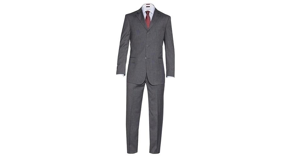 Apesar da preferência dos homens brasileiros pelo costume preto, o cinza é uma cor a ser considerada por sua versatilidade para atravessar mais facilmente o dia para noite. Costume cinza com três botões (R$ 769), camisa social (a partir de R$ 259) e gravata (a partir de R$149), na Aramis (Tel.: 11 3902-2118). Preço pesquisado em março de 2013 e sujeito a alteração