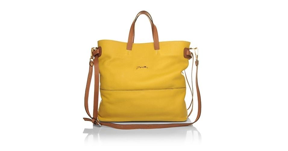 Bolsa em couro amarelo e alças marrons; R$ 399,90, na Jorge Alex (www.jorgealex.com.br). Preço pesquisado em março de 2013 e sujeito a alterações