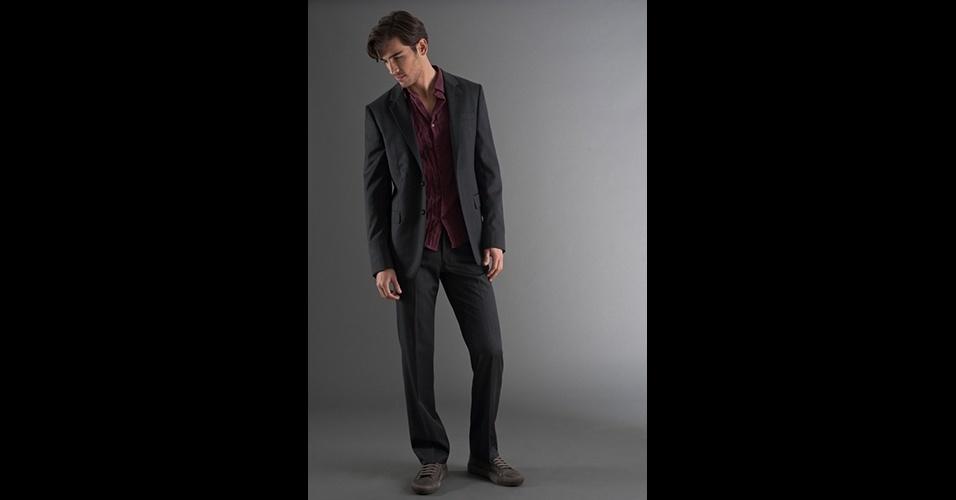 Dá para usar costume preto de uma maneira menos formal combinado com camisa por fora da calça, sem gravata e até com tênis. Costume (R$ 1.980), tênis (R$ 294) e camisa (R$ 398), no Ricardo Almeida (Tel.: 11 3887-4114). Preço pesquisado em março de 2013 e sujeito a alteração