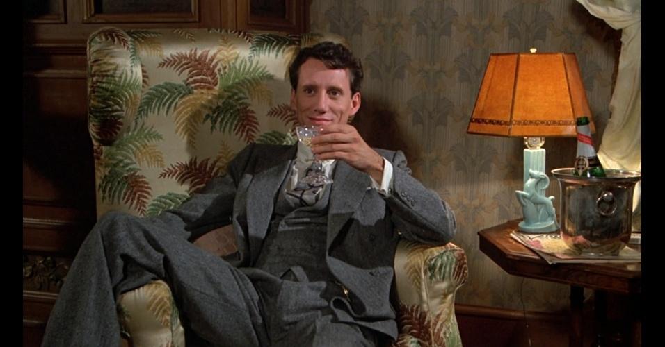 """""""Era uma vez na América"""" (1984) conta a saga de dois amigos com início na década de 1920 e vai até os anos 1950. Atenção para os detalhes como o colete de abotoamento transpassado, o uso de abotoaduras, as lapelas mais largas e os ombros bem acentuados, usados por Maximillian Bercouicz (James Woods)"""