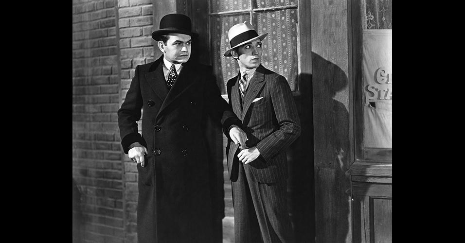 """""""Little Caesar"""", de 1931, foi o primeiro filme gângster.  O terno risca-de-giz e o chapéu Fedora se tornaram clássicos desta estética. O padrão listrado continua até hoje, mas de forma mais discreta"""