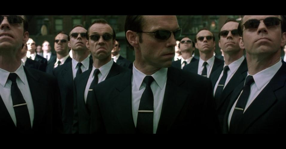 Mesmo que o casaco de Neo (Keanu Reeves, em Matrix 1999 e 2003) seja o mais emblemático da triologia, não temos como não perceber o terno preto do Agente Smith se multiplicando nos dois últimos episódios da saga