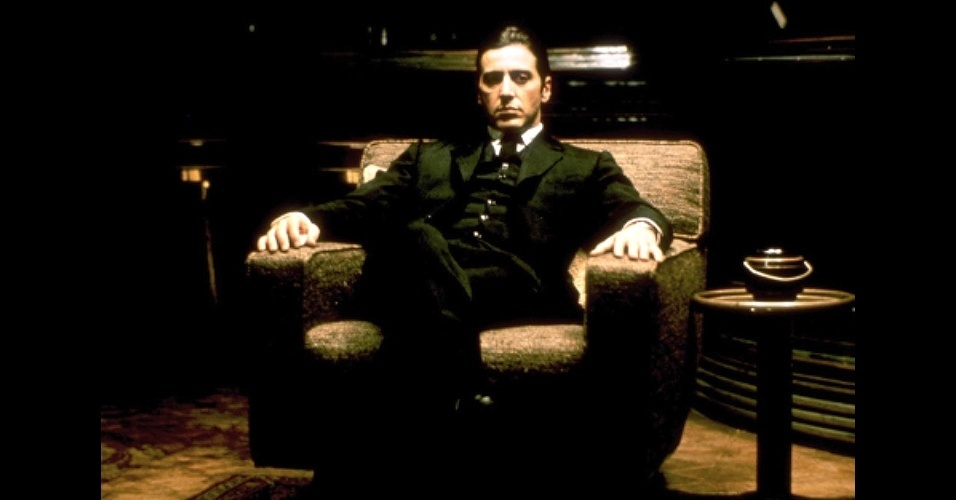 """Michael Corleone, vivido por Al Pacino em """"O Poderoso Chefão - parte 2"""" (1974), é um dos exemplos da estética de filmes gângster, que conta com o uso de paletó, colete e calça em alfaiataria italiana"""