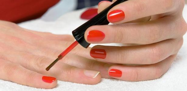 Ao aplicar o esmalte, prefira fazer uma única camada ou duas bem finas para evitar lascas em pouco tempo