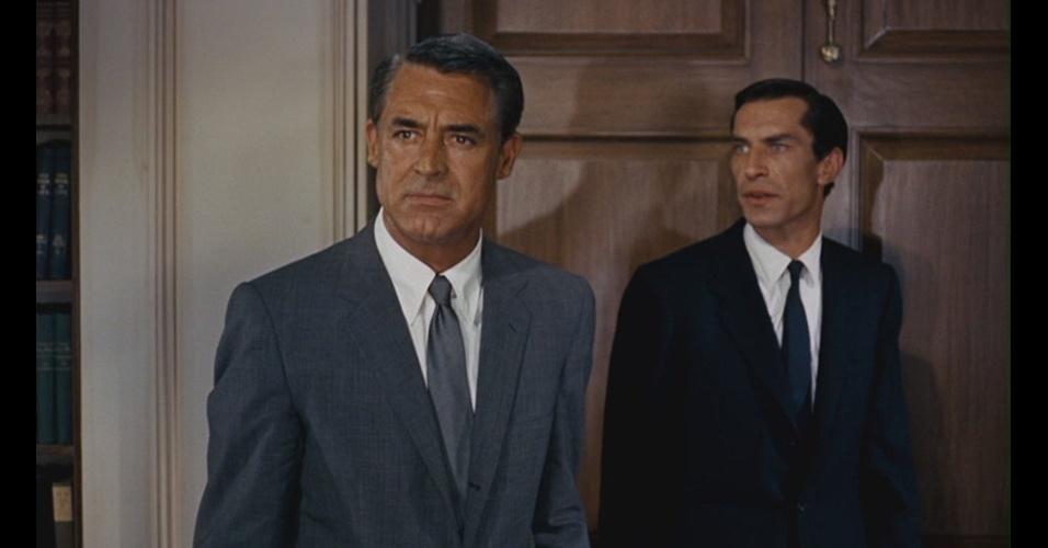 """No final da década de 1950, Cary Grant atua em """"Intriga Internacional"""" (1959) de Alfred Hitchcock. Nesta cena, podemos observar que o paletó mudou muito pouco em relação ao atual, assim como o colarinho da camisa e a largura da gravata"""