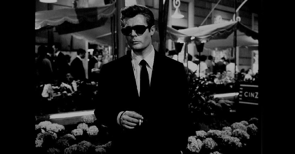 """Nos anos 1960, houve uma clara oposição entre a moda dos jovens e dos adultos. Os adultos vestiam padrões mais clássicos, com uma estrutura muito próxima ao final dos anos 1950, como podemos ver no clássico italiano """"La Dolce Vita"""" de Frederico Fellini com Marcello Mastroianni"""