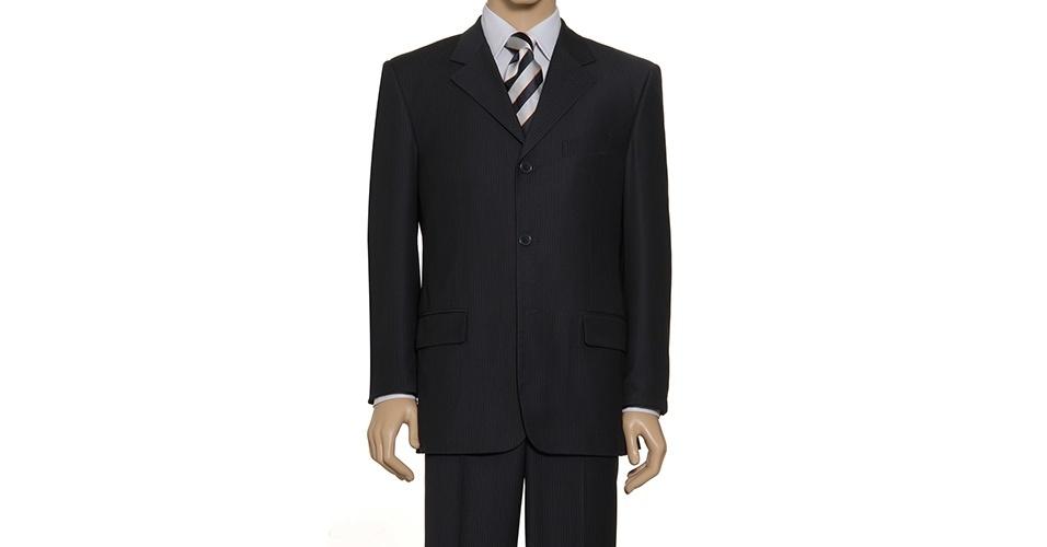 Um clássico até hoje, o costume risca-de-giz é o padrão usado em filmes gângster. Costume risca-de-giz pespontado (a partir de R$ 199,95), camisa social manga longa (a partir de R$ 59,95) e gravata listrada (a partir de R$ 39,95), na Camisaria Colombo (Tel.: 11 3522-5642). Preço pesquisado em março de 2013 e sujeito a alteração