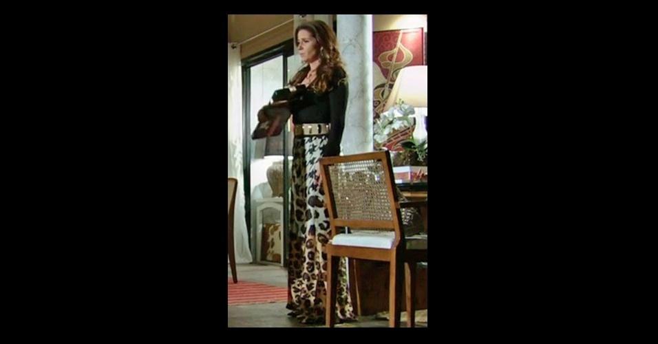 O figurino da delegada Helô (Giovanna Antonelli) está fazendo sucesso entre o público, que ligou para a Central de Atendimento ao Telespectador da Globo para pedir a calça estampada da Cholet (Tel.: 11 3045-7040)