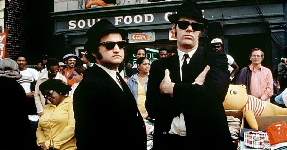"""O terno preto aparece como um uniforme da dupla Jake e Elwood Blues, vividos por John Belushi e Dan Aykroyd, no clássico musical dos anos 1980, """"Os Irmãos Cara-de-Pau"""""""