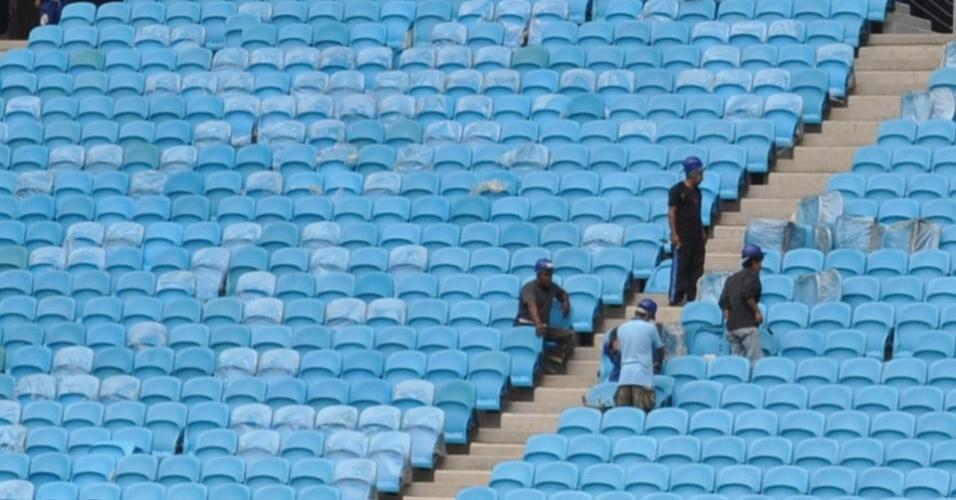 Operários recolocam cadeiras danificadas em último jogo na Arena do Grêmio (15/03/2012)