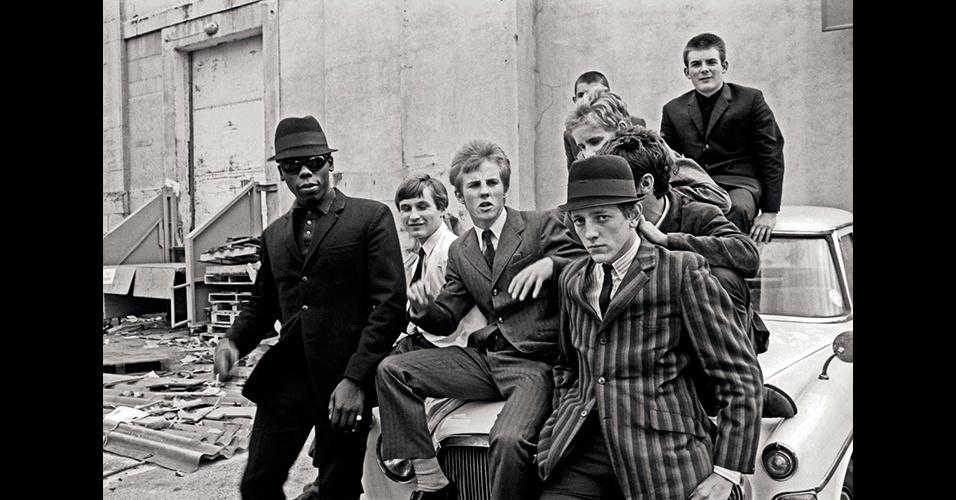 """Os """"mods"""" (abreviatura de """"moderno"""" em inglês), movimento surgido no final da década de 1950, entre jovens da classe média baixa inglesa que vestiam terno bem justo, foi homenageado pelo filme """"Quadrophenia"""", da banda The Who, em 1979"""