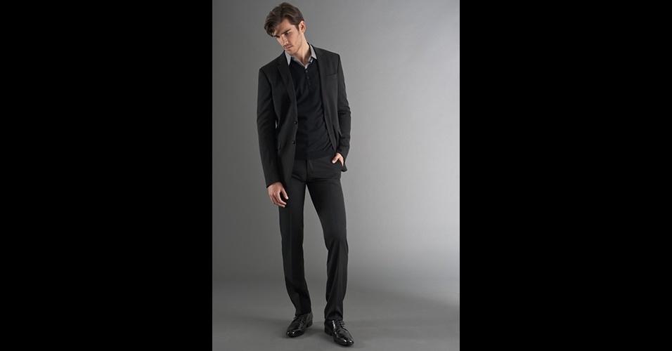 Quando as temperaturas baixarem, pode combinar o costume com pulôver de lã, com ou sem gravata. Costume (R$ 1.980), camisa (R$ 245), tricô (R$ 380), lenço (R$ 75) e sapato (R$ 398), no Ricardo Almeida (Tel.: 11 3887-4114). Preço pesquisado em março de 2013 e sujeito a alteração