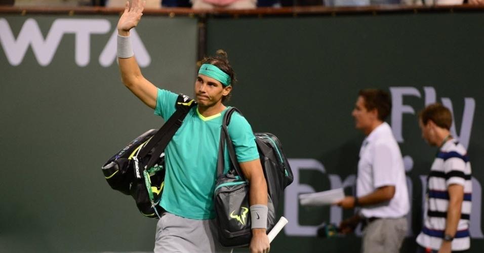 Rafael Nadal acena para os torcedores ao entrar em quadra para o confronto contra Roger Federer, em Indian Wells