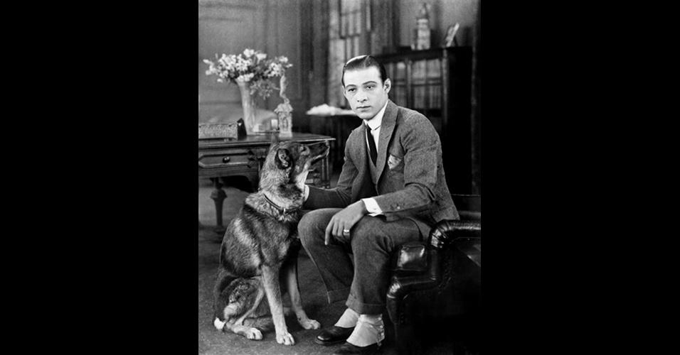 """Rodolfo Valentino, o primeiro """"latin lover"""" (amante latino), encarna a elegância dos anos 1920 com lapelas bem largas, uso do colete, camisa com colarinho arredondado, lenço no bolso do paletó, barra das calças com dobra, conhecida como """"barra italiana"""" e uso de polainas, que iam sobre os sapatos"""