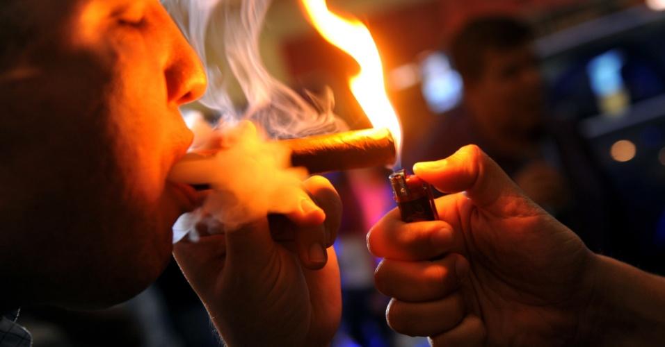 """15.mar.2013 - Homem fuma charuto no evento de degustação """"Puro Humo"""" (""""Pura Fumaça"""", em espanhol), em Manágua (Nicarágua)"""