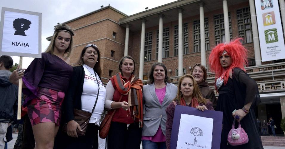 15.mar.2013 - Manifestantes posam no centro de Montevidéu onde coletivos de transexuais uruguaios exigem a punição dos autores de seis homicídios cometidos a partir de 2011 contra transgêneros
