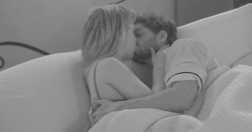 15.mar.2013 - Na cama do líder, André e Fernanda trocam carícias
