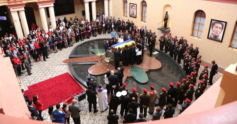 15.março.2013 - Familiares, amigos e membros do governo venezuelano prestam homenagens em frente ao caixão com o corpo do presidente Hugo Chávez, morto no último dia 5