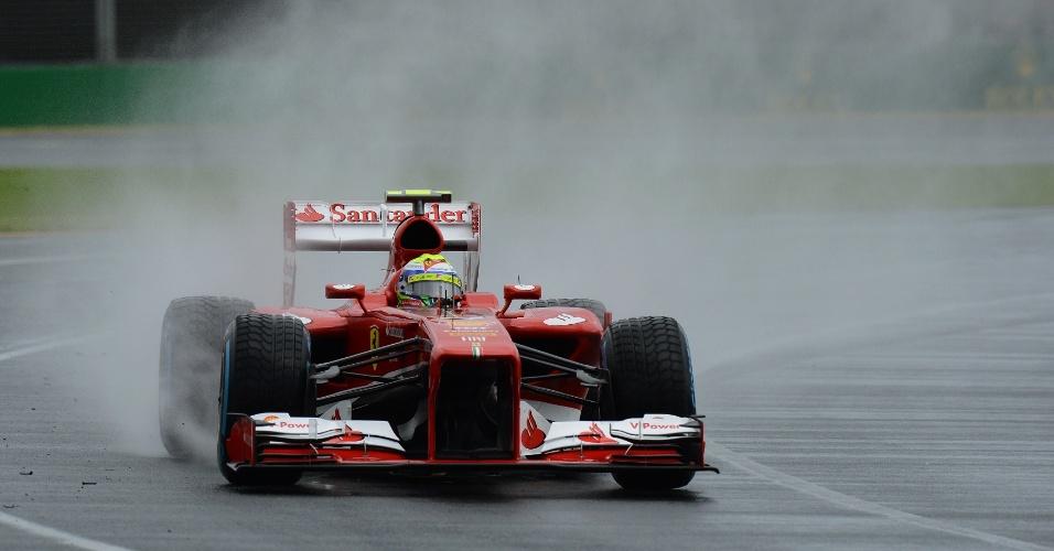 16.mar.2013 - 16.mar.2013 - Carro de Felipe Massa levanta água no circuito de Melbourne; brasileiro foi terceiro colocado na última sessão livre