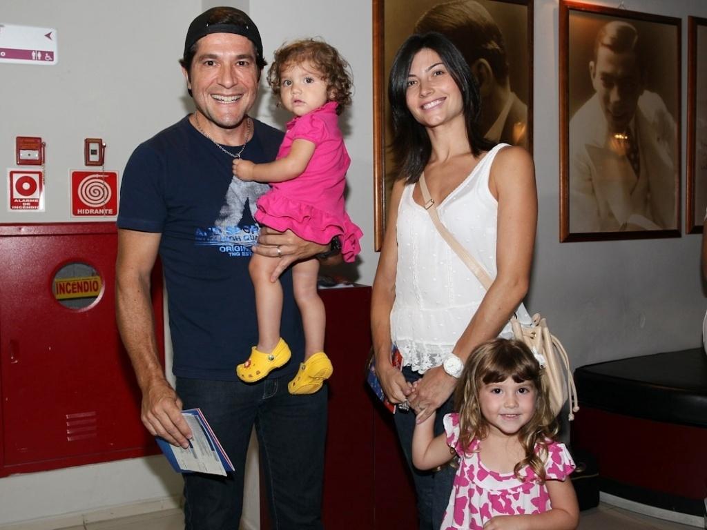 16.mar.2013 - Acompanhado da mulher, Aline, Daniel leva as filhas Luiza (no colo) e Lara ao espetáculo infantil