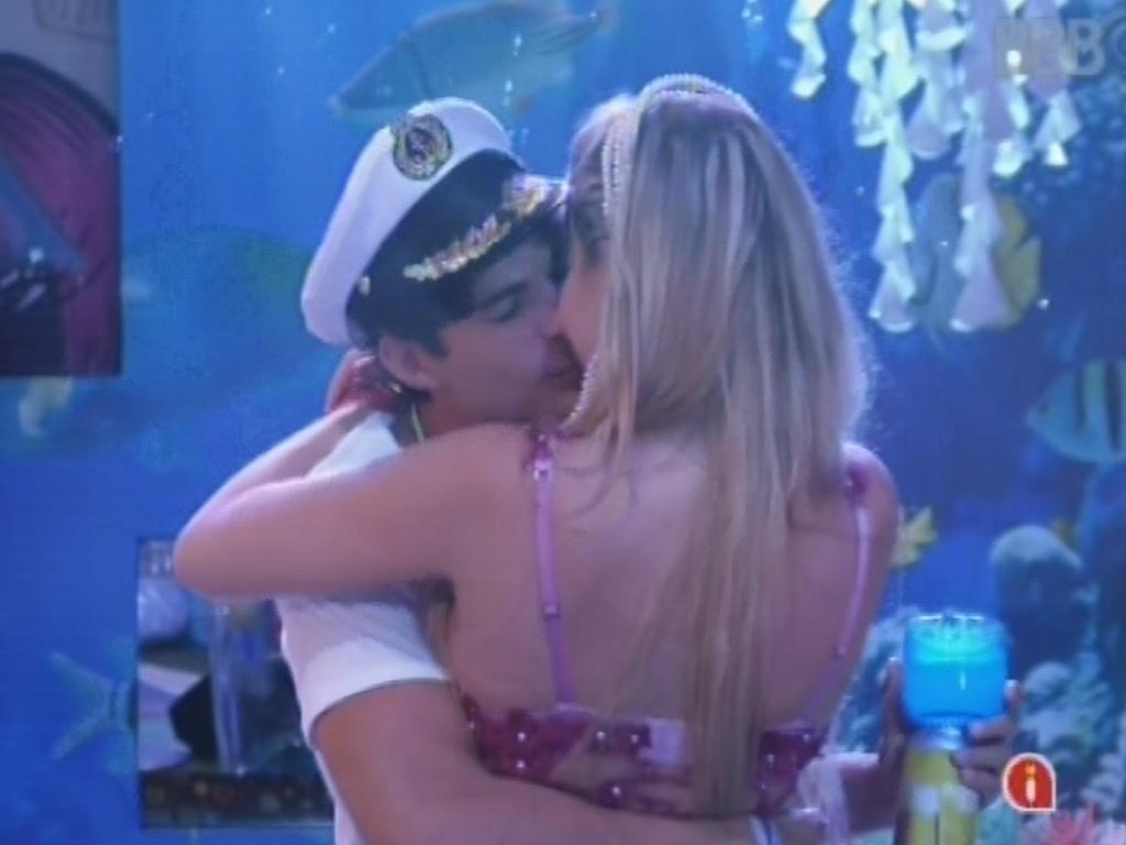 16.mar.2013 - André e Fernanda se beijam após show do Só Pra Contrariar
