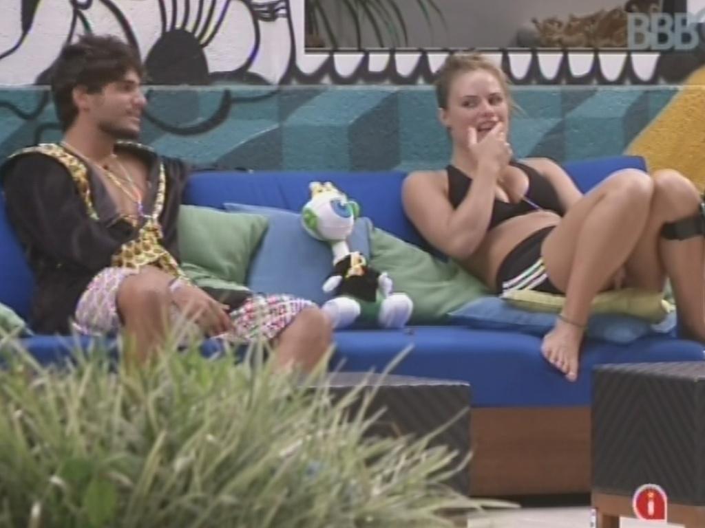 16.mar.2013 - André e Natália conversam sobre os toques com que são acordados todas as manhãs