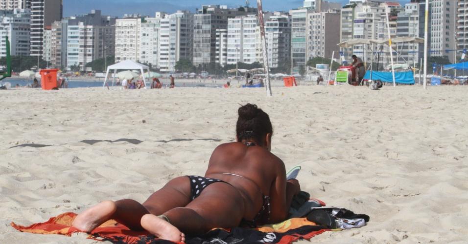 16.mar.2013 - Banhista aproveita dia de calor na praia de Copacabana, na zona sul do Rio de Janeiro