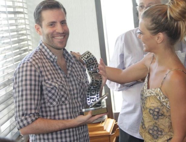 16.mar.2013 - Carolina Dieckmann entrega prêmio no