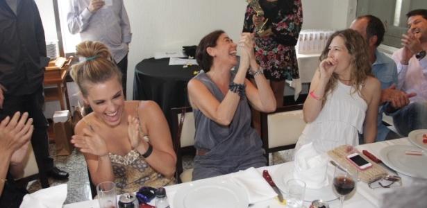 16.mar.2013 - Carolina Dieckmann, Lilian Cabral e a mulher de Humberto Martins se divertem na entrega prêmios no
